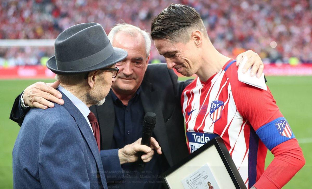 Fernando Torres junto a sus mentores Manuel Briñas y Manuel Rangel. (Foto Prensa Libre: Twitter @Atleti)