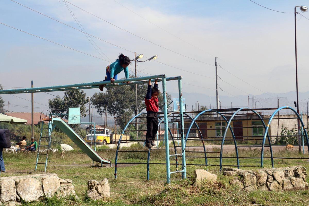 Sucio, con maleza y utilizado como basurero. Vecinos piden remodelar parque Thelma Quixtán en Xela