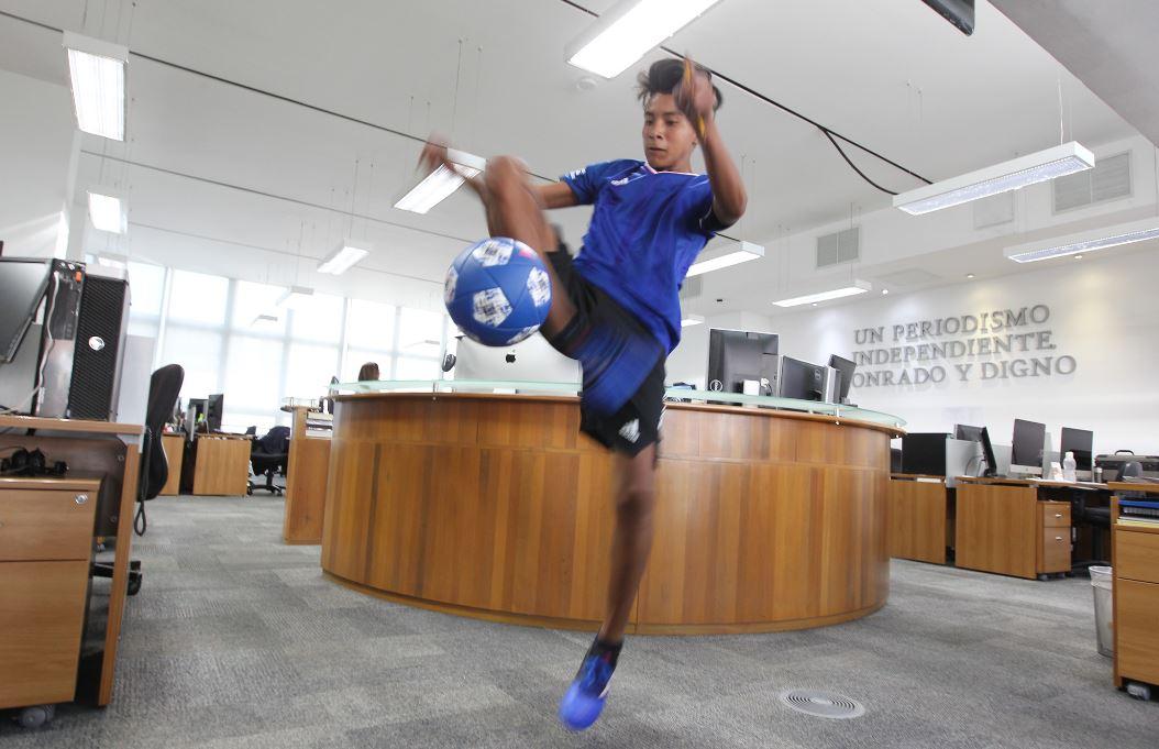 El Freestyle futbol es la pasión de Alejandro Domínguez