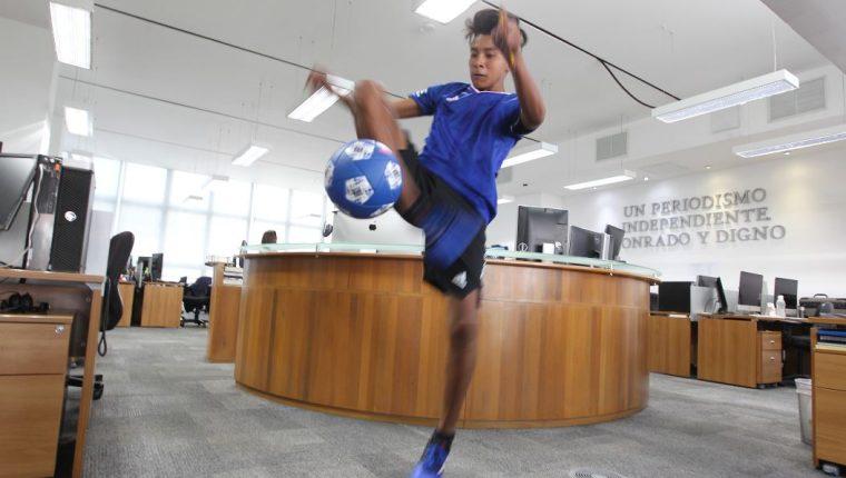 Alejandro Domínguez domina el balón en la sala de redacción de Prensa Libre. (Foto Prensa Libre: Fernando López)
