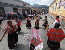 Un grupo de estudiantes que participa en la caminata intercultural baila la melodía en marimba el barrilete. (Foto Prensa Libre: Mynor Toc)