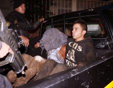 Capturados son trasladados por la PNC a un juzgado. (Foto Prensa Libre: Carlos Ventura)