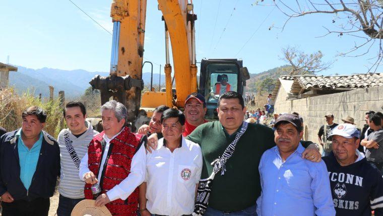 Viceministro y autoridades locales inauguran por quinta vez tramo carretero de San Andrés Sajcabaja a Santa Cruz del Quiché. (Foto Prensa Libre: Héctor Cordero)