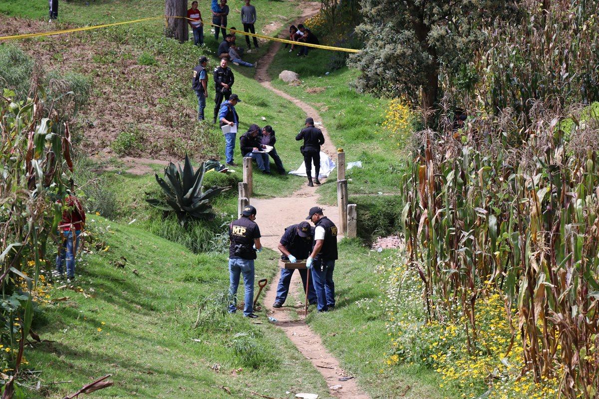 Personal del MP buscó evidencias en la tierra para determinar si el joven fue ultimado en el lugar donde encontraron el cadáver. (Foto Prensa Libre: María Longo)