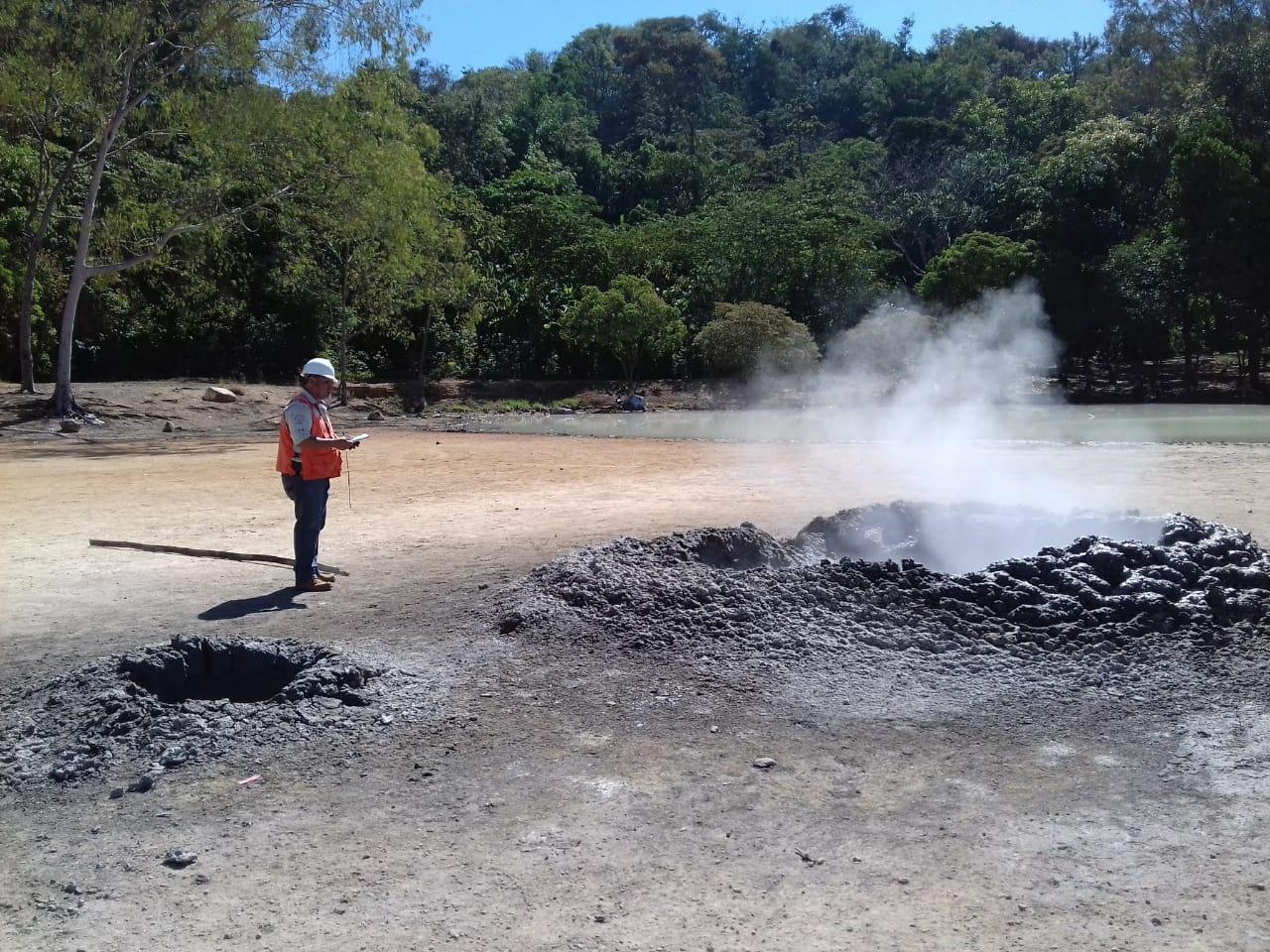 Del agujero que se formó frente a la Laguna de Ixpacó, Pueblo Nuevo Viñas, Santa Rosa, emanan gases con olor a azufre. (Foto Prensa Libre: Cortesía Conred)