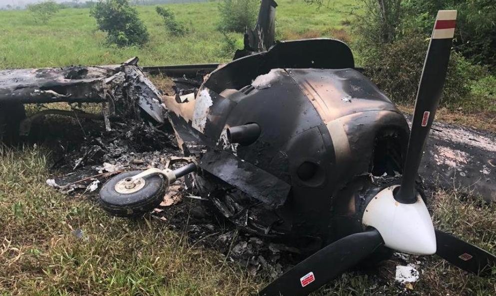 Avioneta que fue localizada quemada en Sayaxché, Petén. (Foto Prensa Libre: Cortesía).