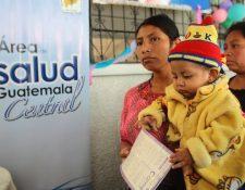Madres acuden a los puestos de Salud con sus hijos, pero no siempre hay medicamentos. (Foto Prensa Libre: Hemeroteca PL)