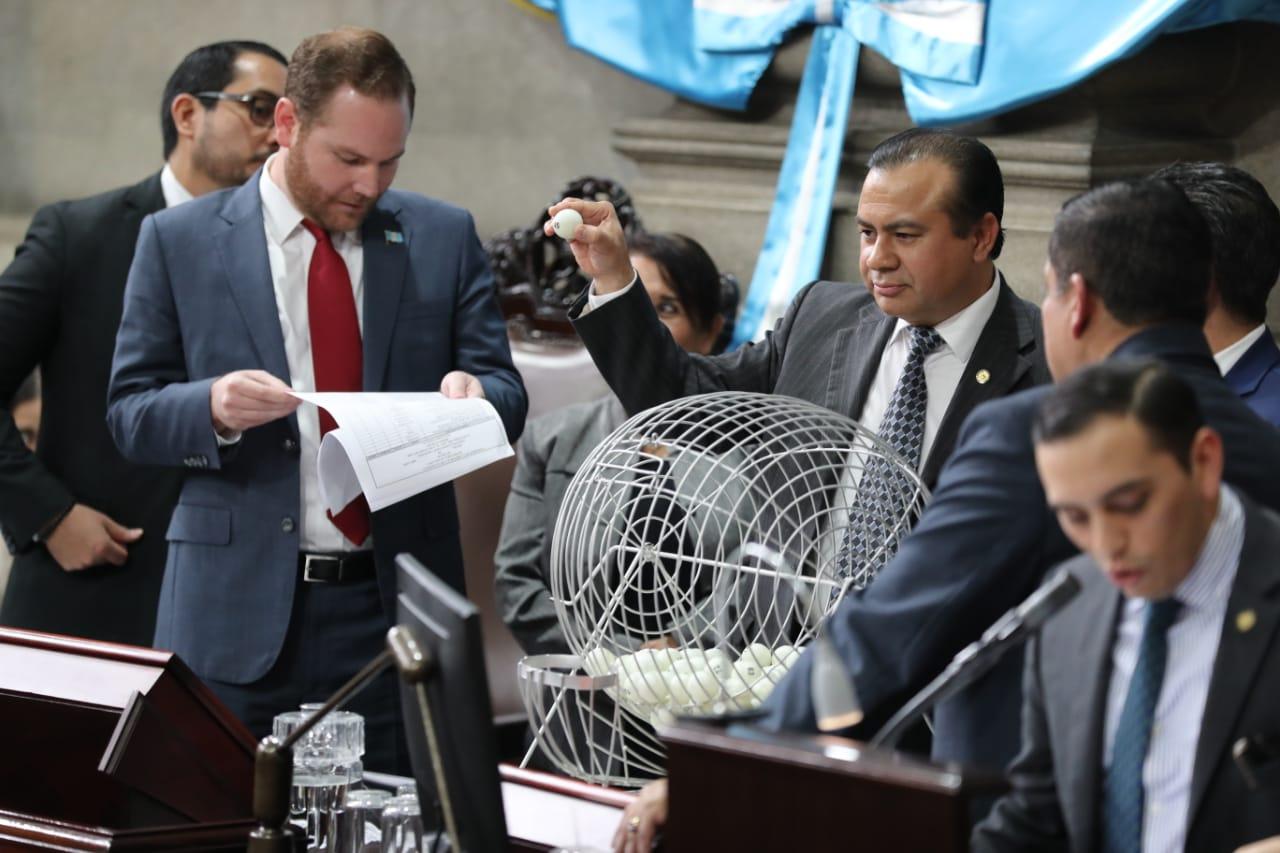 Momento en que el Congreso selecciona a los cinco pesquisidores para magistrados de la CC. (Foto Prensa Libre: Érick Ávila)