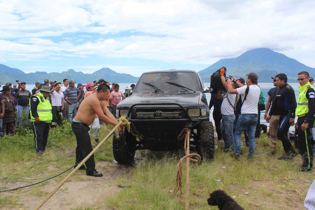 Hallan picop sumergido en Lago de Atitlán con cuerpo sin vida