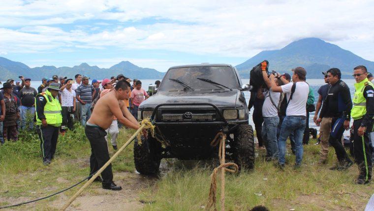 Bomberos voluntarios y vecinos ayudaron a sacar el picop, donde estaba la menor fallecida. (Foto Prensa Libre: Ángel Julajuj)