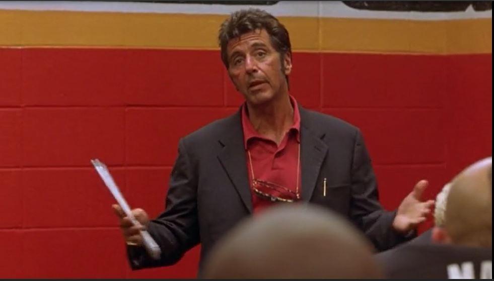 El entrenador Tony D'Amato (Al Pacino) pronuncia arenga sobre cómo salir victorioso en el campo de juego y en la vida. (Foto Prensa Libre, tomada de YouTube)