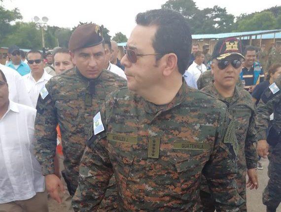 El presidente Jimmy Morales efectúa un recorrido por la finca La Unión, Escuintla, vestido de militar. (Foto Prensa Libre: Carlos Paredes)