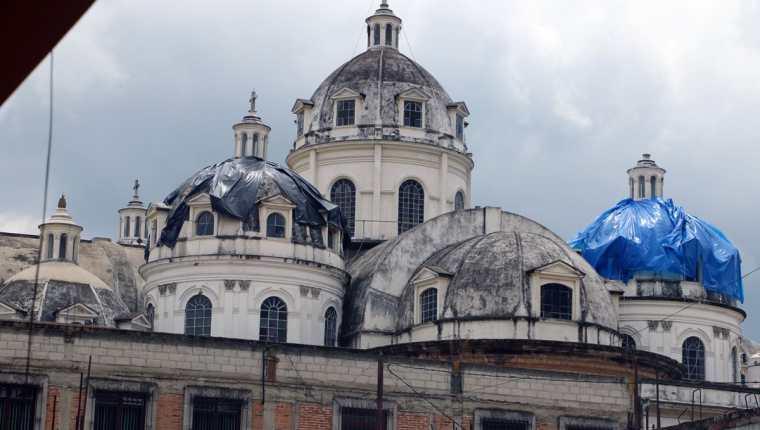 La catedral de Quetzaltenango sufrió daños luego del sismo del pasado 14 de junio. (Foto Prensa Libre: Carlos Ventura)