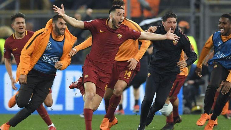 Los jugadores de la Roma festejan la clasificación a las semifinales de la Liga de Campeones de Europa. (Foto Prensa Libre: AFP).