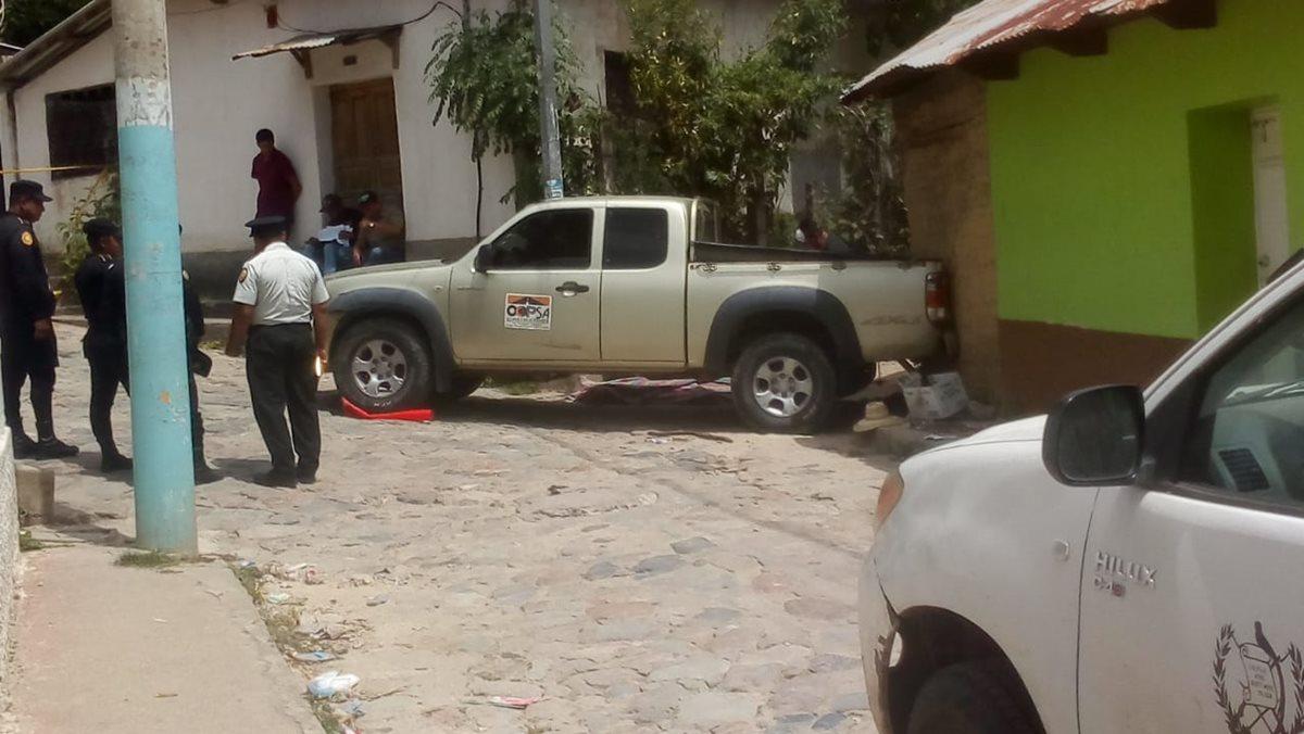 El picop de Ricardo Antonio García Castañeda quedó empotrado en una vivienda del barrio La Loma, Concepción Las Minas, Chiquimula. (Foto Prensa Libre: Mario Morales)