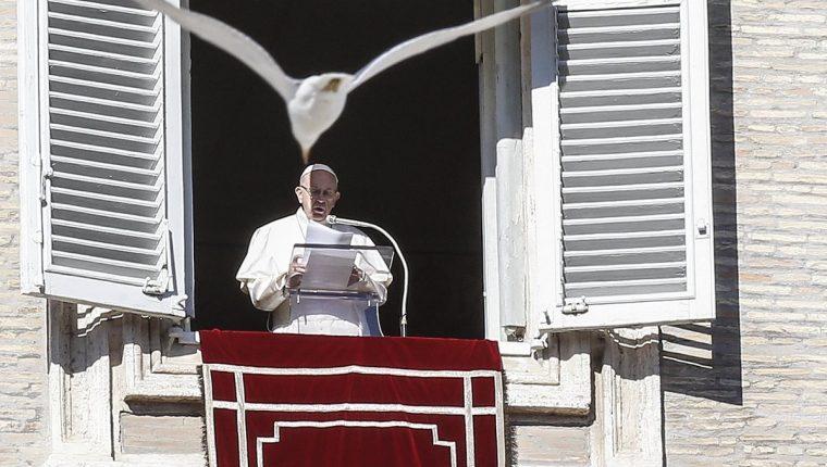 En el primer día de 2019 papa Francisco presidió el rezo del Ángelus desde uno de los ventanales del Vaticano en la Plaza de San Pedro del Vaticano.(Foto Prensa Libre: EFE)
