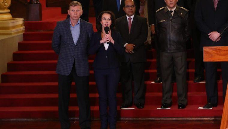 La familia Bitkov en una intervención en la conferencia del presidente Jimmy Morales donde informó que dio por concluido el acuerdo de la comisión. (Foto Prensa Libre: Esbin García)