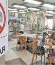 Fumar en espacios cerrados está prohibido desde el 2008, cuando entró en vigor la Ley de Creación de los Ambientes Libres de Humo de Tabaco. (Foto Prensa Libre: Hemeroteca)
