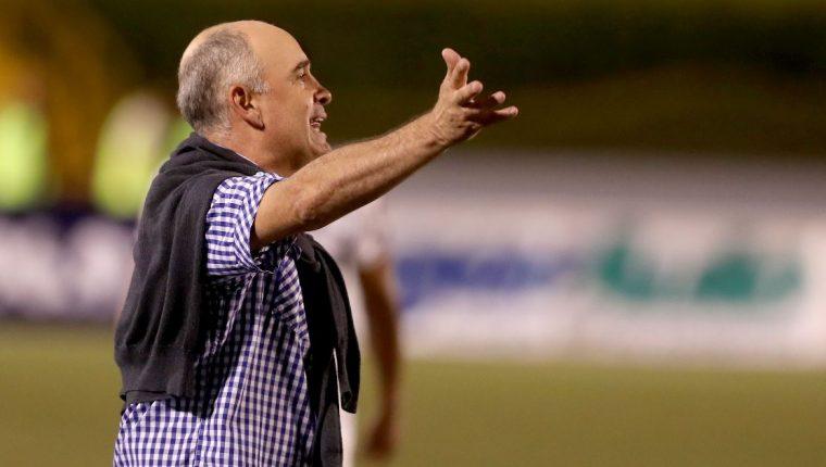 William Coito, técnico albo, da instrucciones en el partido del miércoles contra Antigua GFC. (Foto Prensa Libre: Carlos Vicente).