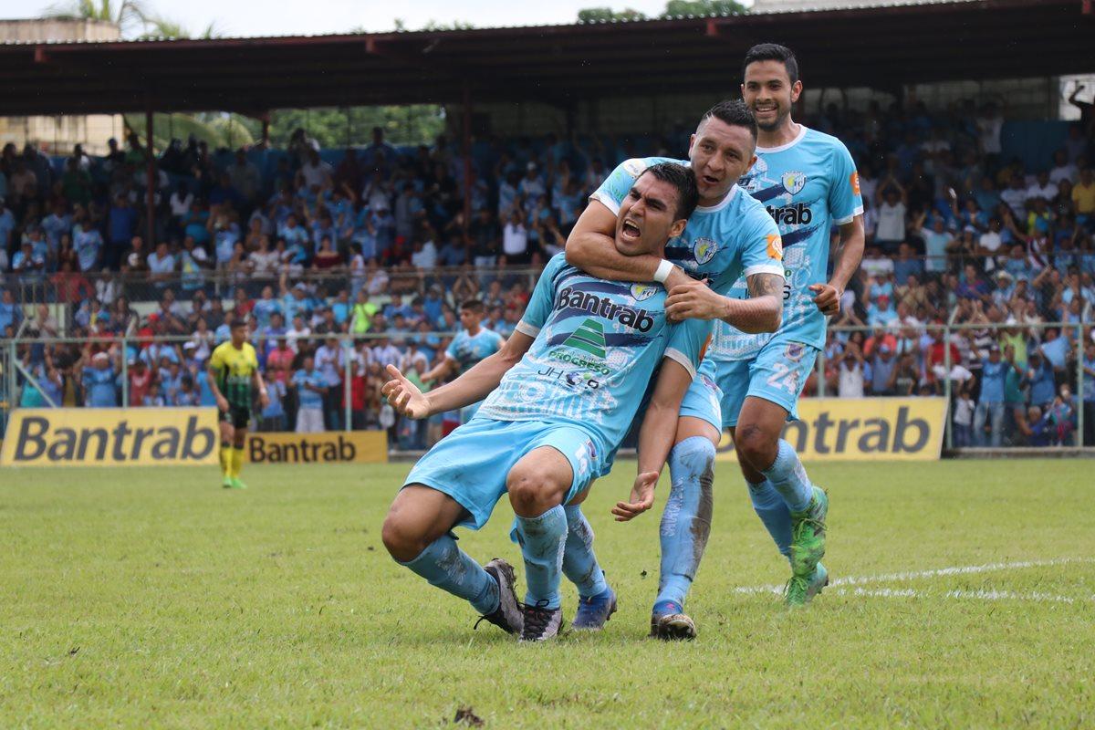 Isaac Acuña festeja con sus compañeros luego de anotar el único gol del derbi oriental. (Foto Prensa Libre: Hugo Oliva)