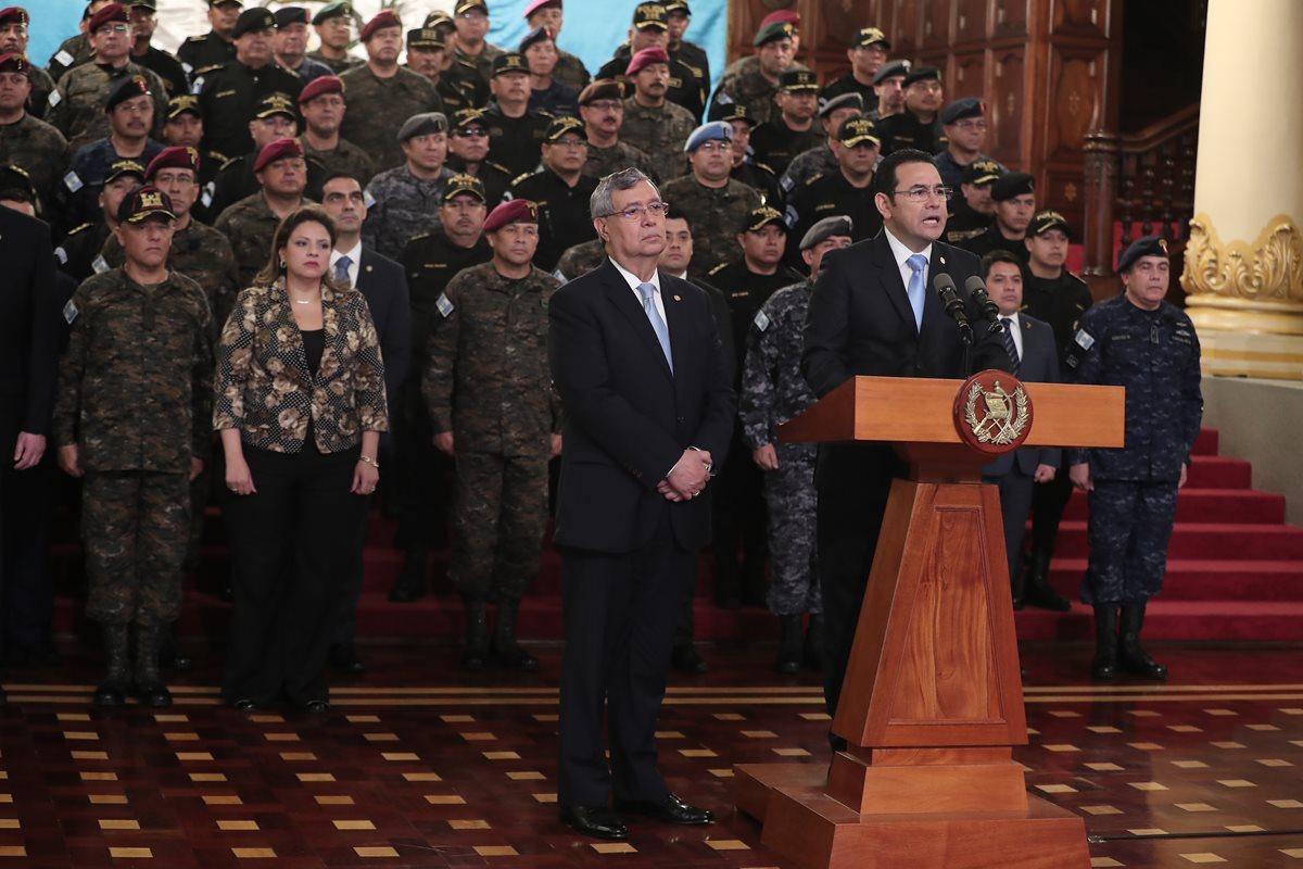 Presidente Jimmy Morales, el vicepresidente Jafeth Cabrera y la fuerza militar y policial, en conferencia de prensa. (Foto Prensa Libre: Juan Diego González)