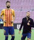 El equipo Barcelona realizó el domingo su calentamiento con la playera de cataluña. (Foto Prensa Libre: AFP).
