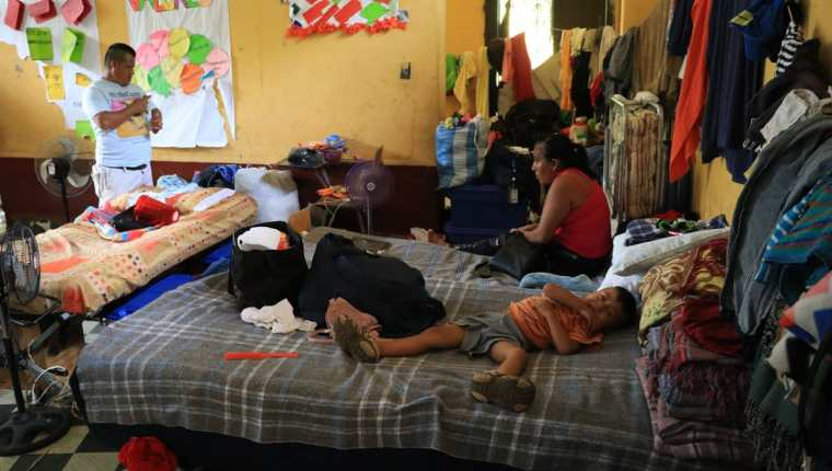 Hasta 18 familias hay asignadas en cada aula de la Escuela Tipo Federación José Martí, que funciona como albergue desde la erupción del Volcán de Fuego, del pasado 3 de junio. (Foto Prensa Libre: Carlos Paredes)