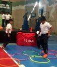 Niños de la escuela 15 de Septiembre efectúan demostración de actividad física. (Foto Prensa Libre: Eduardo González)