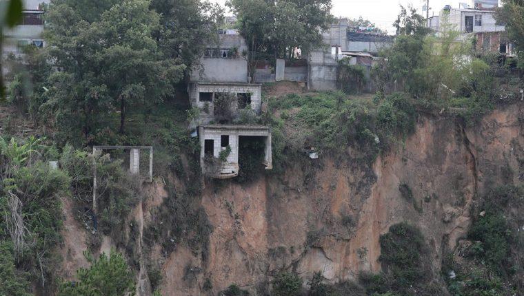 Una casa abandonada está a punto de caer en un sector del barranco Las Guacamayas, zona 11 de Mixco. (Foto Prensa Libre: Álvaro Interiano)