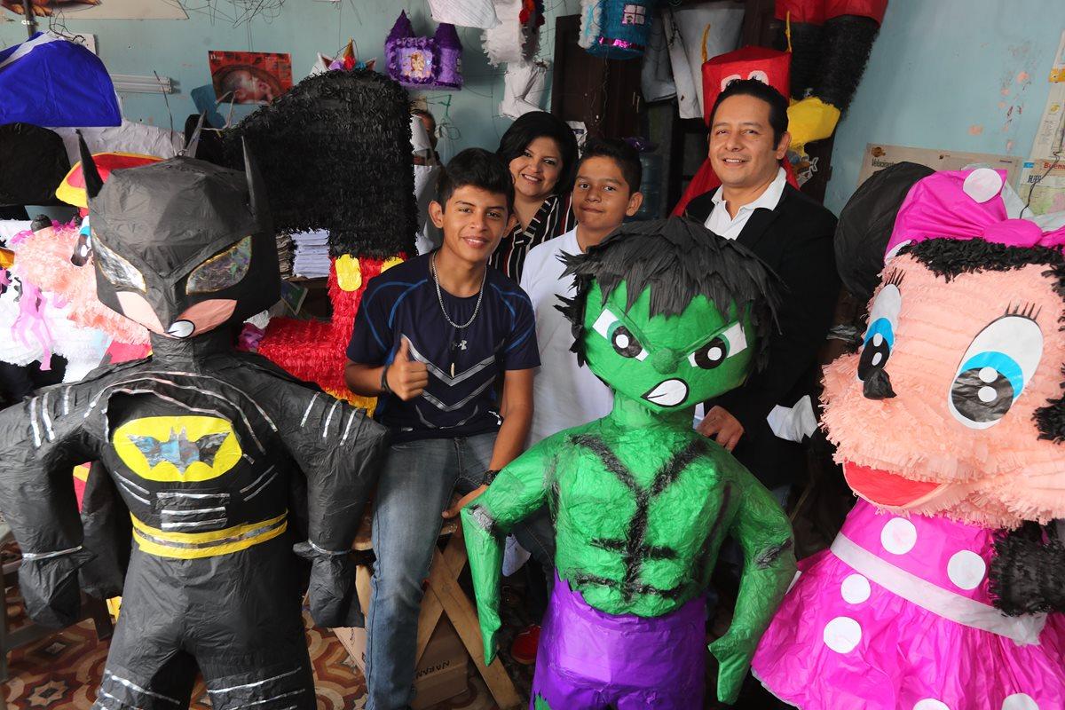 La familia Ortiz Zelaya junto a algunas de las piñatas que fabrican en la zona 1 de la capital. (Foto Prensa Libre: Érick Ávila).