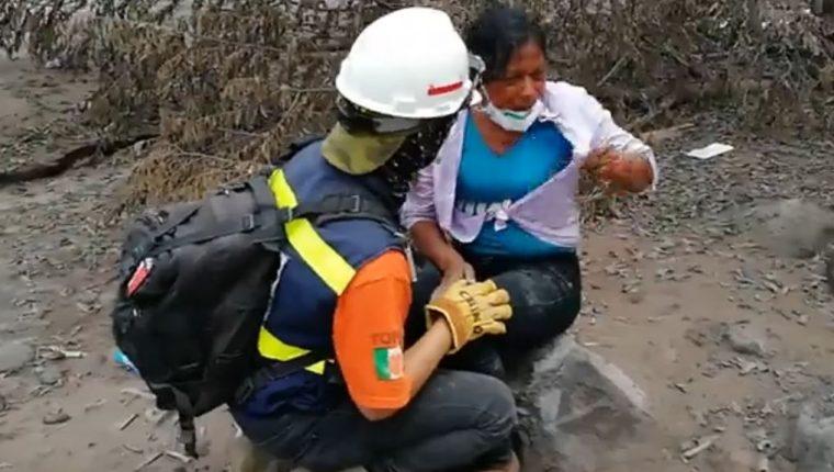 Eufemia García lamentó la muerte de su madre, y afirmó que aún busca a cincuenta familiares más. (Foto Prensa Libre: Carlos Paredes)