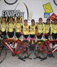 El equipo Decorabaños lució las bicicletas que usarán esta temporada. (Foto Prensa Libre: Raúl Juárez)