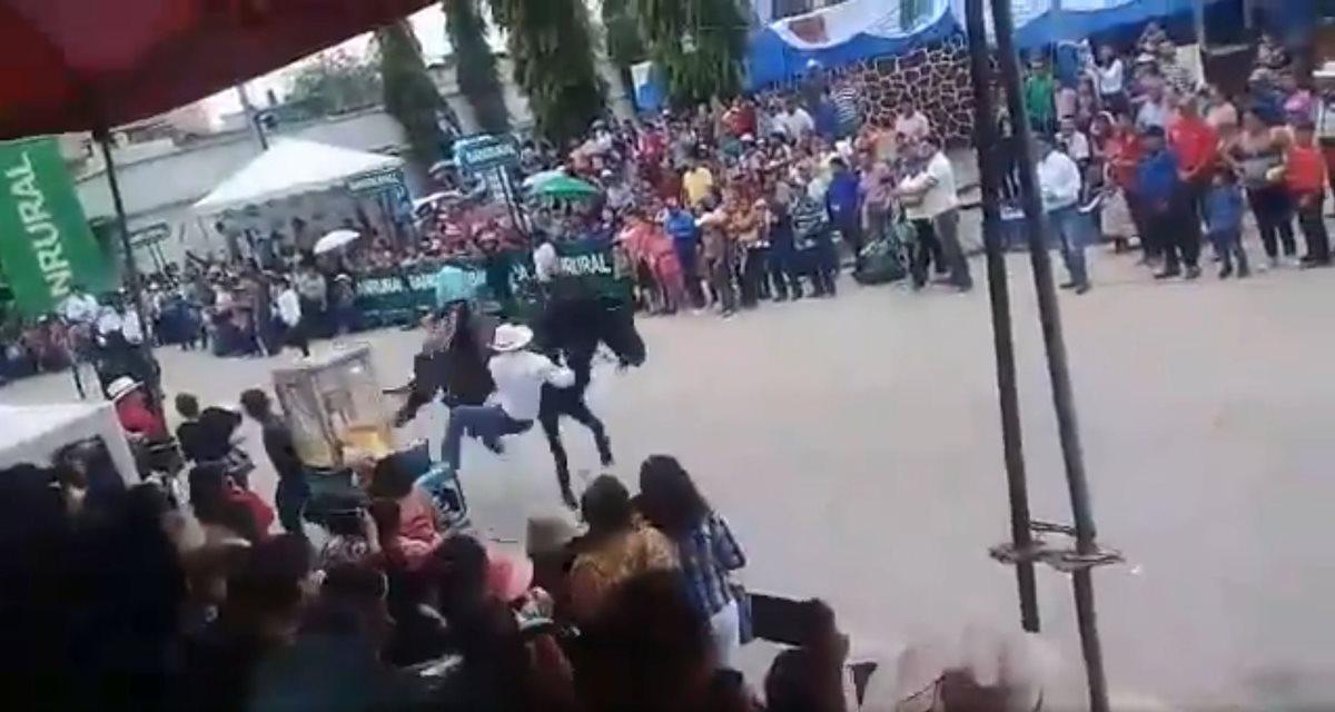 Jinete pierde el control de su caballo y este hiere a dos personas en Salamá