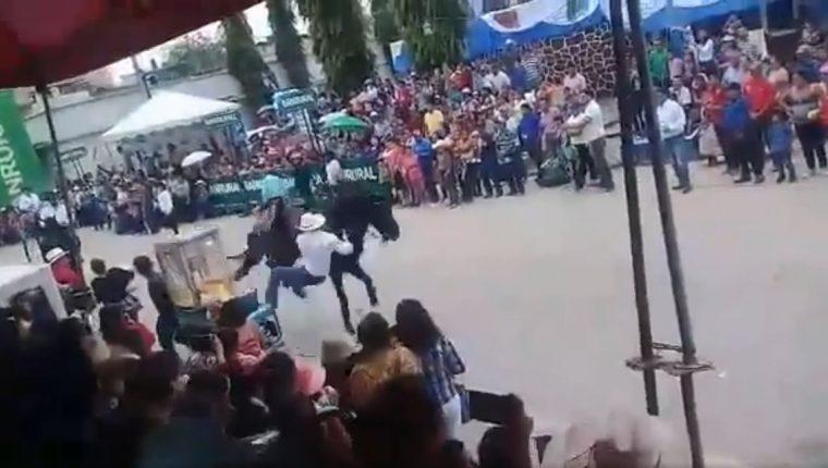 Momento en el que jinete pierde el control de su caballo (Foto Prensa Libre: Captura de Pantalla)