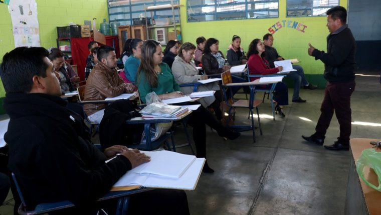 Un grupo de maestros inicia sus actividades con la primera reunión de planificación. (Foto Prensa Libre: Mike Castillo)