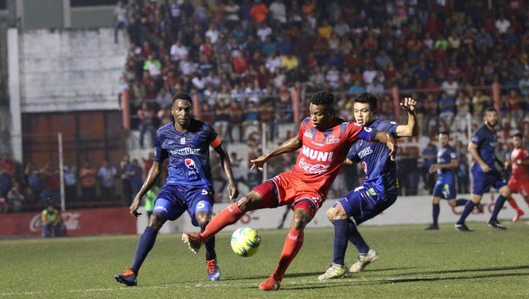 Municipal y Malacateco disputaron un intenso encuentro en el estadio Santa Lucía. (Foto Prensa Libre: Raúl Juárez: Prensa Libre)