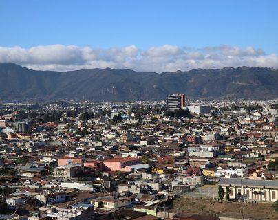 Uno de los miradores que se halla en el centro de Xela ofrece una panorámica de las zonas 1 y 3. (Foto Prensa Libre: María Longo)