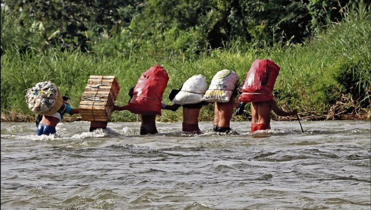 Muchos guatemaltecos cruzan a diario el Río Suchiate, entre Tecún Umán, San Marcos y México. (Foto Hemeroteca PL)