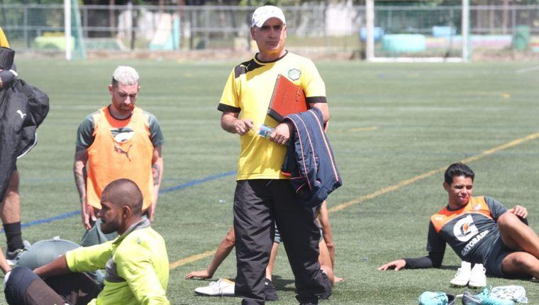 Willy Olivera considera que tiene un gran grupo de jugadores en quienes confía. (Foto Prensa Libre: Edwin Fajardo)