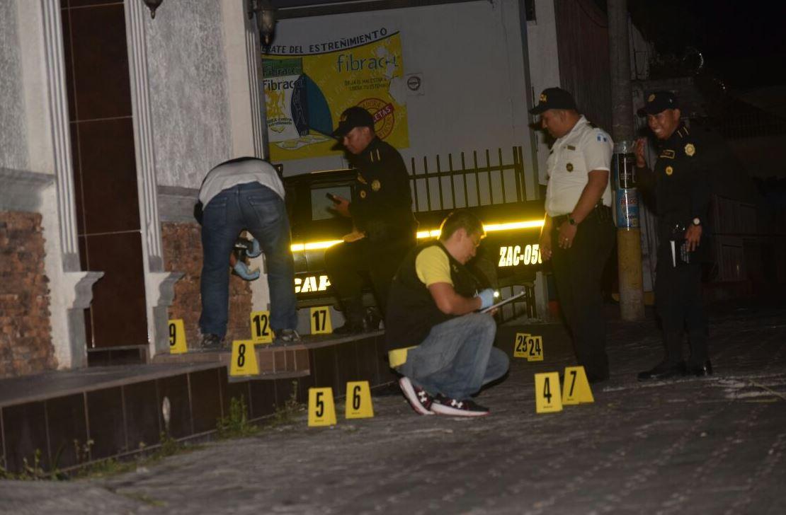 Fiscales del MP y PNC vigilan el área y recaban evidencias frente a la vivienda de las victimas. (Foto Prensa Libre: Mario Morales)