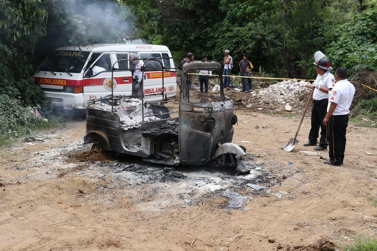 Socorristas permanecen en el lugar donde ocurrió el crimen contra piloto de mototaxi, en el km 68.5 de la ruta de Parramos a San Pedro Yepocapa, Chimaltenango. (Foto Prensa Libre)