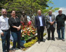 El maestro Álvaro Véliz, Lorena Recinos, Luis Chea, Max Araujo y Luis Díaz entregan una muestra foral a la imagen de Efraín Recinos. (Foto Prensa Libre: Ángel Elías)