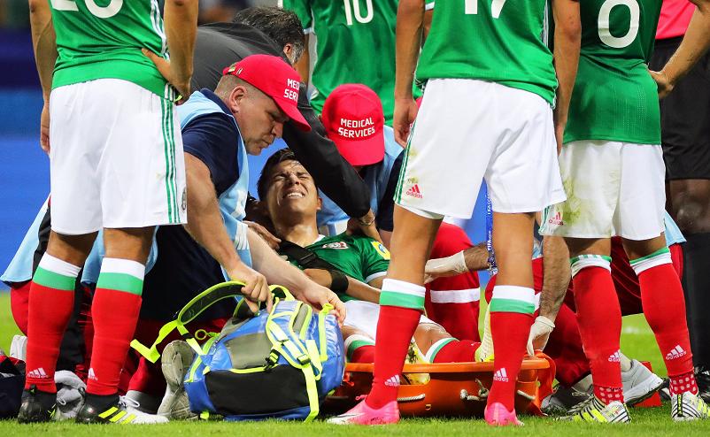Carlos Salcedo al momento de salir del estadio tras sufrir una lesión en el hombro. (Foto Prensa Libre: EFE)