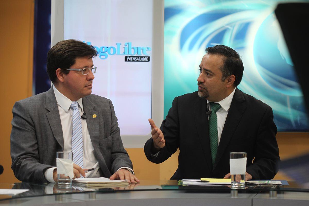 En programa Dialogo Libre debaten el ministro de Finanzas, Julio Estrada y el diputado Jairo Flores, jefe de la Comisión de Finanazas del Legislativo. (Foto Prensa Libre: Rolando Rivas)