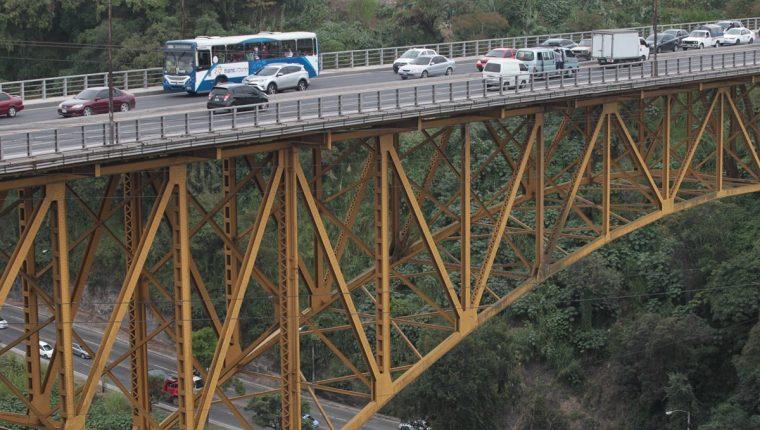El puente Belice fue construido en la década de los 50 y desde entonces no se le da mantenimiento. (Foto Prensa Libre: Erick Ávila)