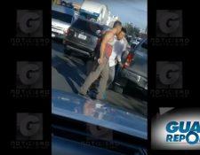 El video entre dos automovilistas que discuten con armas de fuego en mano fue grabado aparentemente en Jutiapa, según televidentes de Guatevisión. (Foto Prensa Libre: Guatevisión)