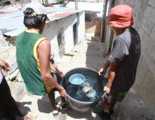 En muchos lugares del país la población carece del servicio de agua potable. (Foto Prensa Libre: Hemeroteca PL)