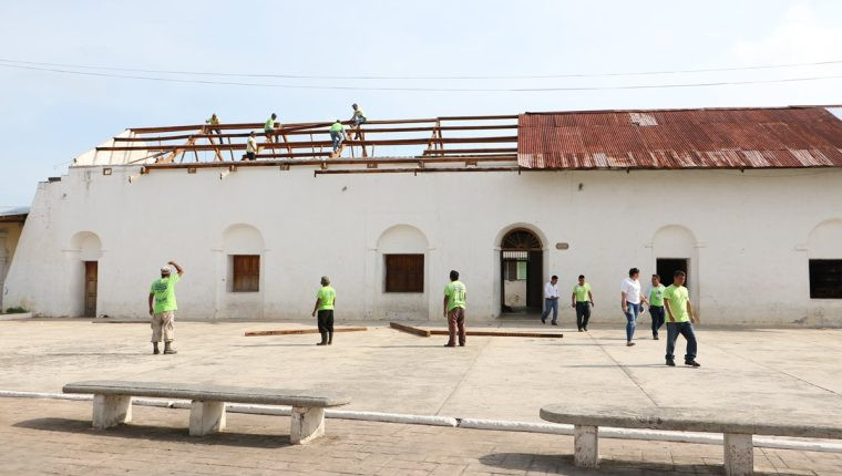 El castillo de Arismendi es reparado por trabajadores de la municipalidad de Flores, Petén.(Foto Prensa Libre: Rigoberto Escobar)