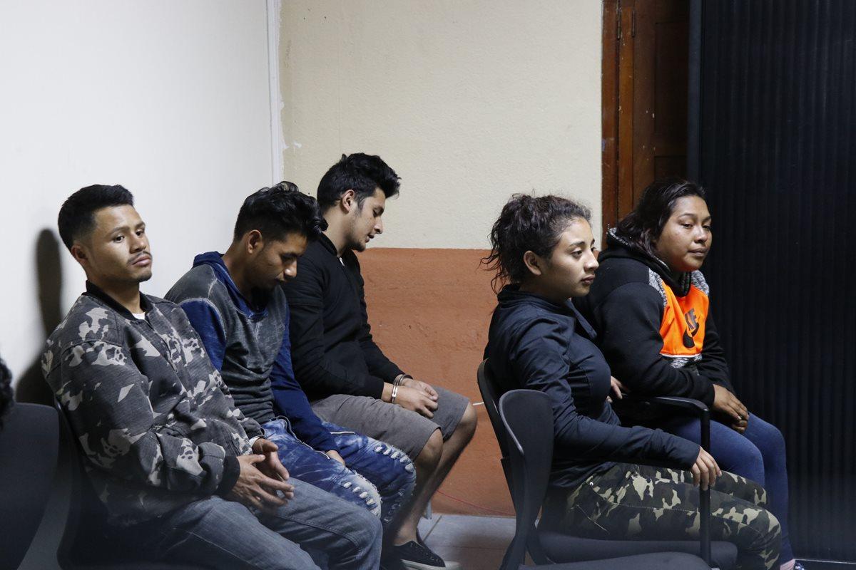 Los cinco presuntos secuestradores que quedaron ligados a proceso. (Foto Prensa Libre: Nery Gálvez)
