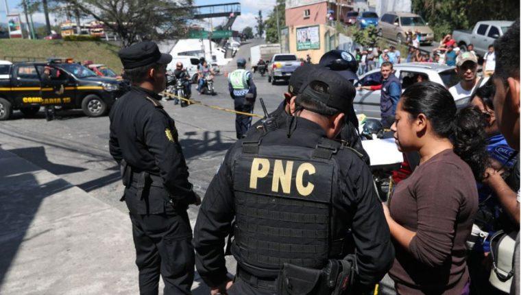 Policía escucha testimonios en el lugar de los hechos. (Foto Prensa Libre: Érick Ávila)